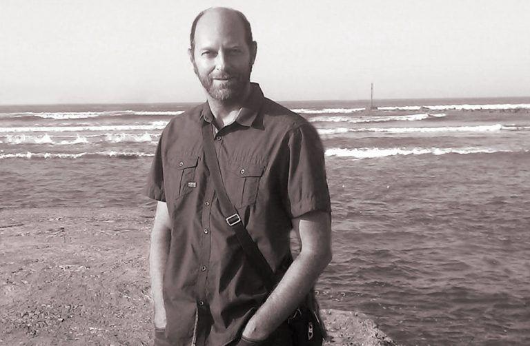 Israel Bernardo Isber en el muro de Suances