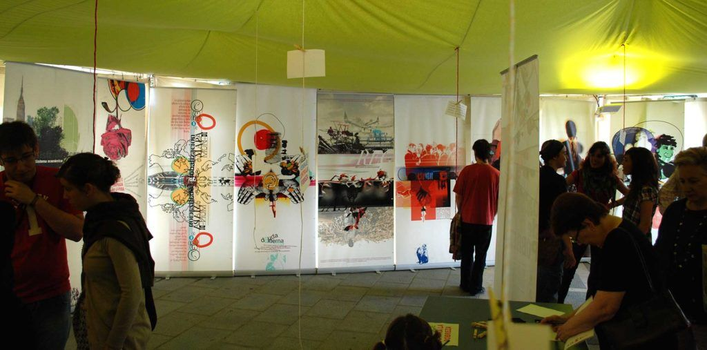 Carpa exposición carteles sobre la pobreza en Santander